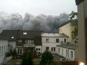 Eine dunkle Rauchwolke zieht durch Uerdingen
