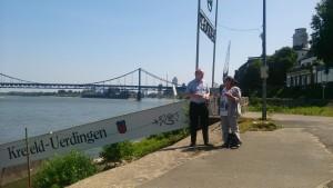 Ratsherr Klein und Oberbürgermeister Kandidatin Leurs am Rheinhafen